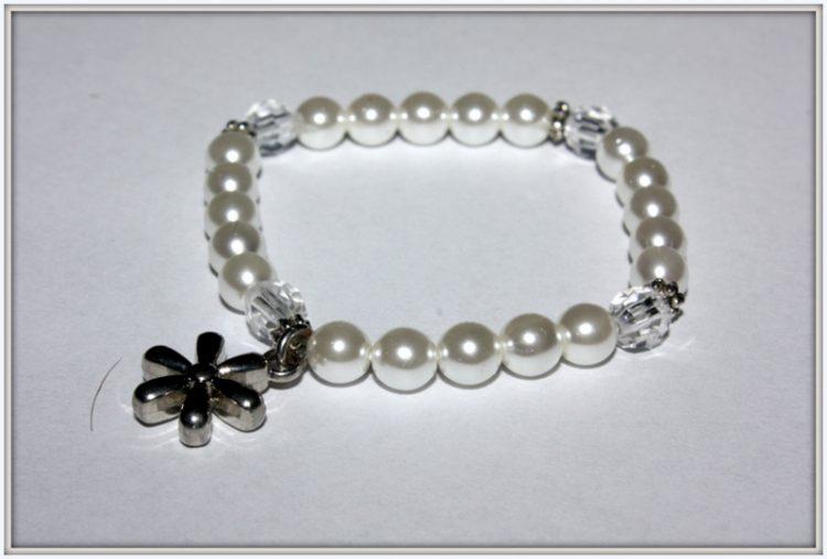 """Bransoletka na gumce z białych perełek czeskich, szklanych koralików i przekładek """"kwiatek"""""""