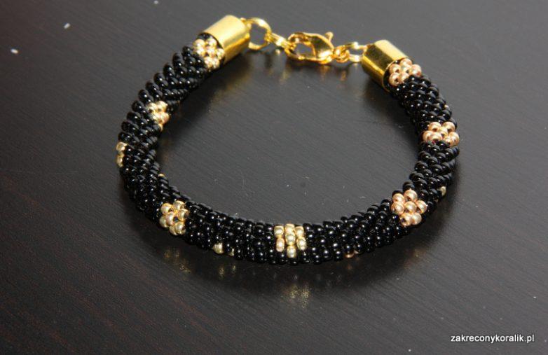 Bransoletka wężowa szydełkowo koralikowa czarna w złote kwiatki