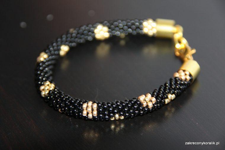 Sznur szydełkowo-koralikowy : czarno-złota wężowa bransoletka w złote kwiatki