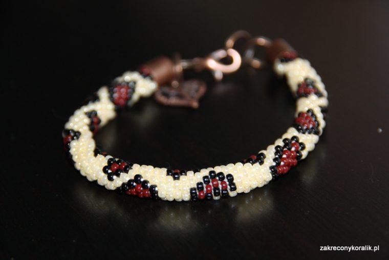 """Wężowa bransoletka z koralików na szydełku """"Łaciata"""" + wzór"""