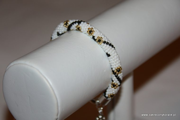 Karnawałowa elegancja - bransoletka koralikowa z zawieszką 6